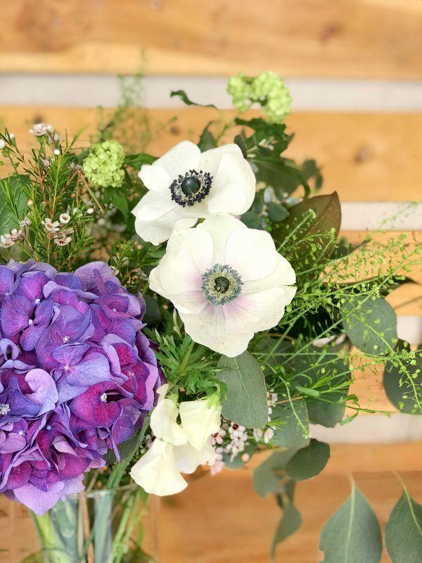 Jarrón flores Manet con hortensia y flor blanca