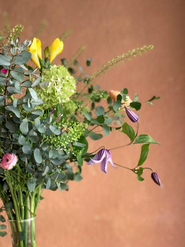 Jarrón Giacometti con flores silvestres