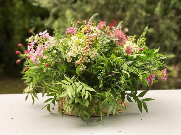 Cesta de esparto con flores silvestres