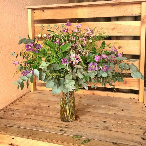 Jarrón flores silvestres en tonos morados
